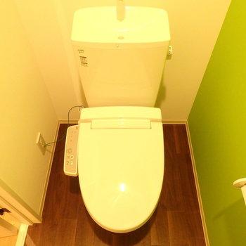 おトイレもユーティリティとお揃いの内装です。(※写真は1階の反転間取りモデルルームのものです)