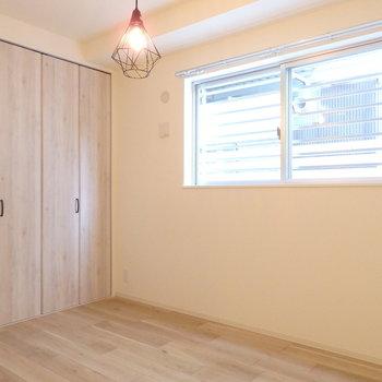 ダブルベッドとサイドテーブルだけを置いて(※写真は1階の反転間取りモデルルームのものです)
