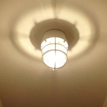 長ーい廊下には素敵なマリンランプが3灯。(※写真は1階の反転間取りモデルルームのものです)