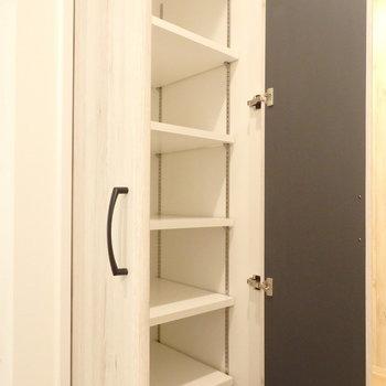 タオル類はシャンプードレッサー横の可動棚にしまえます。(※写真は1階の反転間取りモデルルームのものです)