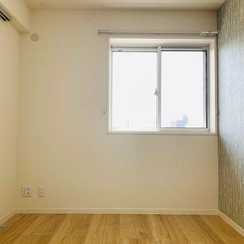 【洋5.4】窓からは明るい光が差し込む少しコンパクトな洋室。
