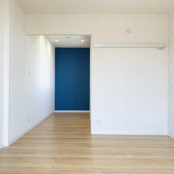 【洋7.4+書斎2.7】なかなかの広さの洋室。奥は小さなデスクを置いて作業スペースに。