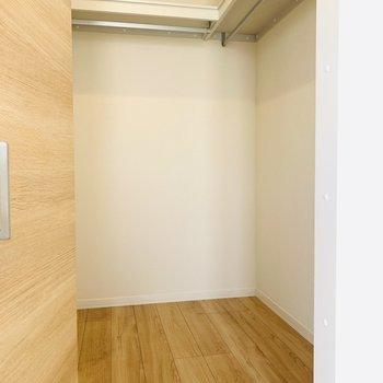 こちらの洋室にもウォークインクローゼット。