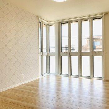 角部屋なので窓も開放的に。