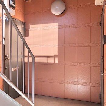 お部屋は1階の右側にあります。