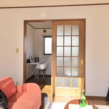 【洋室】すりガラスで圧迫感も軽減されています。※家具・家電はサンプルになります