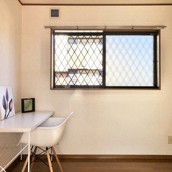 【DK】洋室から出ると、正面に窓があります。※家具・家電はサンプルになります