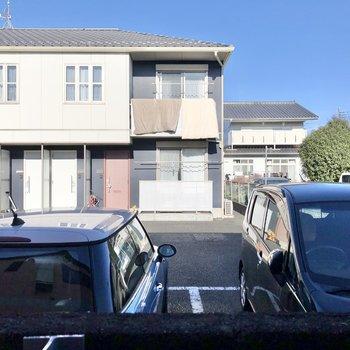 キッチン側の窓からは別建物の駐車場が見えました。