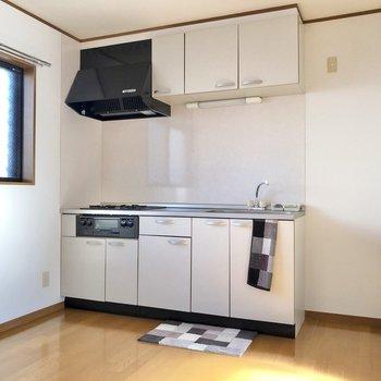 【DK】キッチンは上下に収納たっぷりです。※家具・家電はサンプルになります
