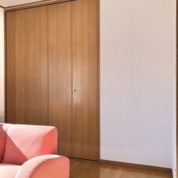 【洋室】大きな収納を開けてみてましょう。※家具・家電はサンプルになります