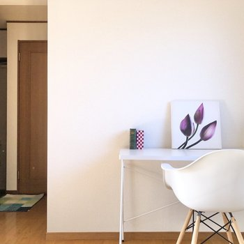 【DK】キッチンを背にパシャリ。奥は玄関へ続きます。※家具・家電はサンプルになります