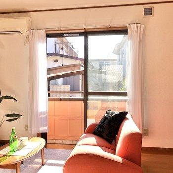南東向きの窓から暖かな光が差し込みます。※家具・家電はサンプルになります