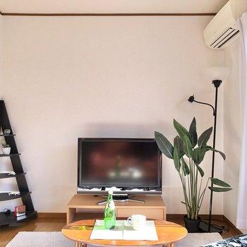 【洋室】エアコンも付いていますよ。※家具・家電はサンプルになります