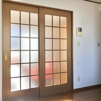 【DK】仕切りを閉じても洋室からの光が届きます。※家具・家電はサンプルになります