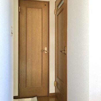 玄関の手前にあるドア2つ、まずは右から行ってみましょう。