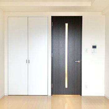 白と茶色を基調としたシンプルなお部屋です※写真は14階の同間取り別部屋のものです
