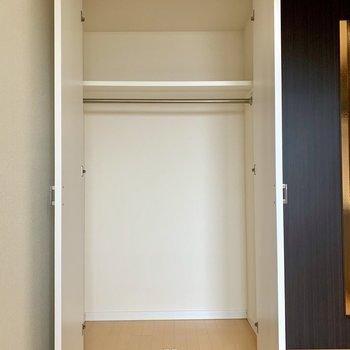 丈の長い服も掛けられる高さの収納です※写真は14階の同間取り別部屋のものです