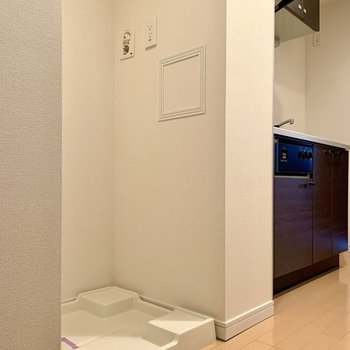 その隣には洗濯機置場があります※写真は14階の同間取り別部屋のものです