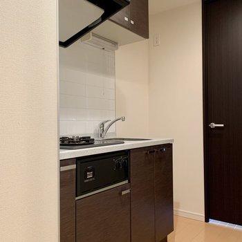 キッチン隣に冷蔵庫が置けますね※写真は14階の同間取り別部屋のものです