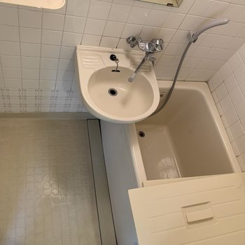 お風呂場はユニットバス。