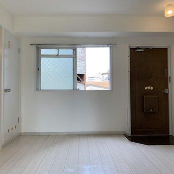 DKのお部屋は、ソファ、テーブル、TVをおけそうな広さ!