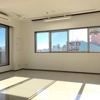 最上階に加えて窓も大きく、採光は申し分ないですね。