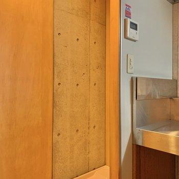 キッチン横に洗濯機置き場があります。