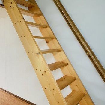 お次はロフトへ。丈夫な階段で手すりまで◎
