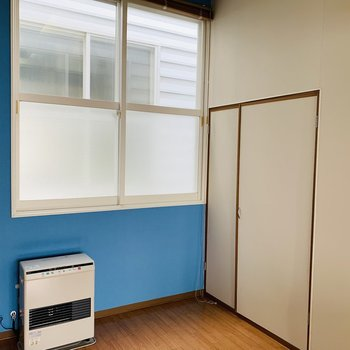 ブルーに招かれ奥へ。大きな窓