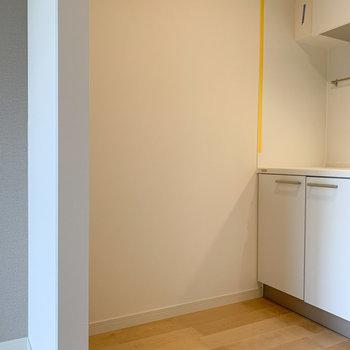 【LDK】向かいに冷蔵庫置場があります。