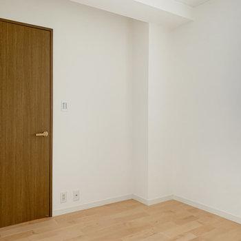 【洋室5帖】扉前にもコンセントがあって便利です。