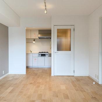 【LDK】奥行きもあり、奥にキッチンがあります。