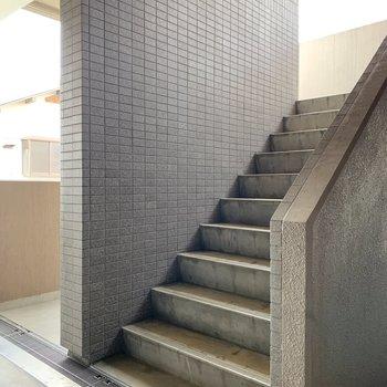 すぐ近くに階段があります。