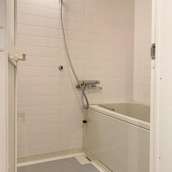 タイル調の浴室です。