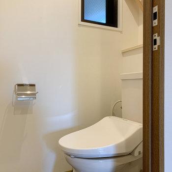 トイレに小窓もあります。