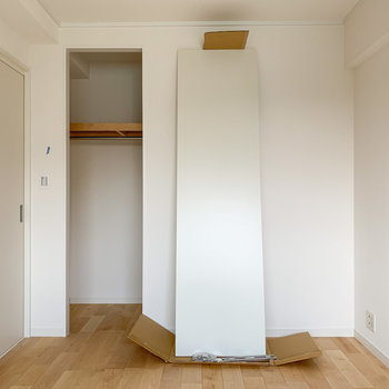 【洋室6帖】白を基調としたお部屋になっています。※写真は工事中のものです