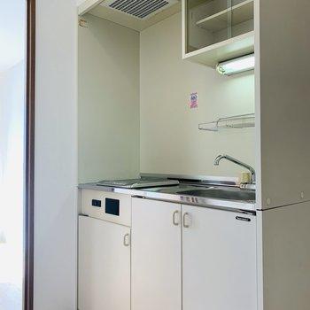キッチンスペース。(※写真は4階の反転間取り別部屋のものです)
