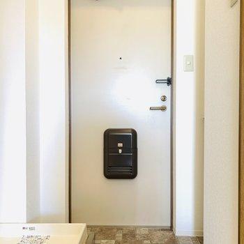 レンガ柄の床が可愛い玄関スペース。(※写真は4階の反転間取り別部屋のものです)