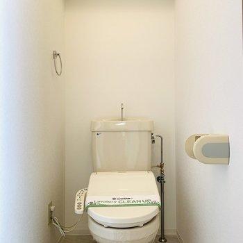 上部には棚がついている、ウォシュレット付きのトイレ。(※写真は4階の反転間取り別部屋のものです)