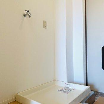 玄関入ってすぐに洗濯機置場。(※写真は4階の反転間取り別部屋のものです)