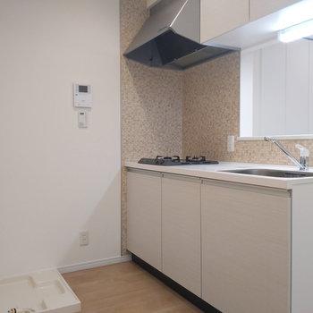続いてはキッチン。洗濯機置き場もこちらになります。