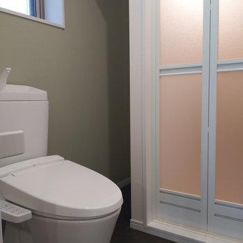 続いてはトイレ。横には収納スペースもあります。