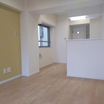 キッチンにも窓があり、空間が開かれています。