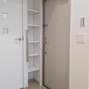 コンパクトな玄関ですが収納スペースを上手に使えば問題なし。