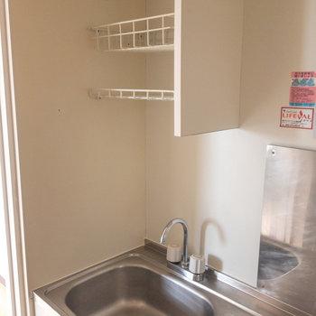 シンク上に網棚が作り付けられています。洗い物を乾燥させるスペースになりますね。