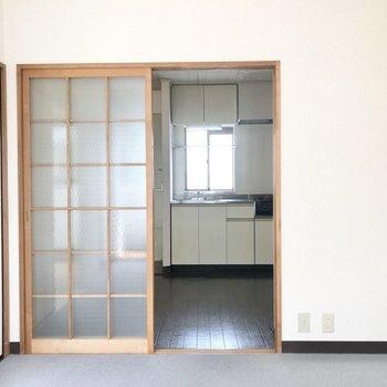 【洋室】DKとはレトロなガラスの引き戸で仕切ることができます。