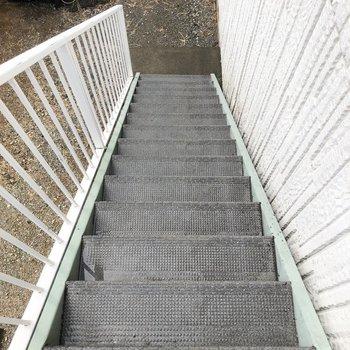 お部屋までは階段を上って。