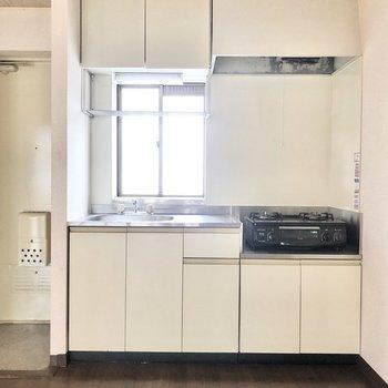 【DK】キッチンにも窓があって明るいです。