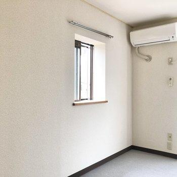【洋室】エアコンも付いているので快適ですね。こちら側にテレビコンセントがあります。