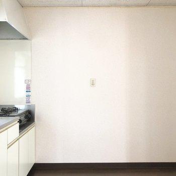 【DK】冷蔵庫のほかに食器棚やラックも置くことができそう。